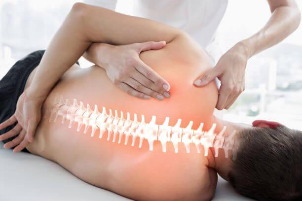 Manualtherapeut bei der Behandlung